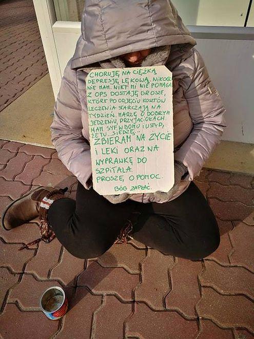 Kobieta od pół roku prosi o jałmużnę na ulicy.