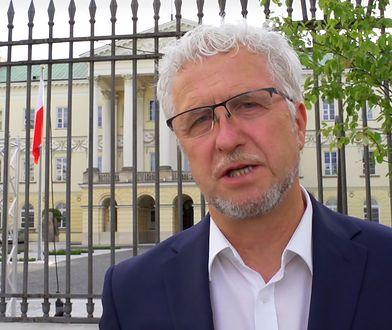 Kandydat na prezydenta Warszawy Jacek Wojciechowicz przed stołecznym ratuszem.