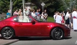 Proboszcz na procesji Bożego Ciała w czerwonym cabrio. Tłumaczy, że nie mógł chodzić, ale czy nie było alternatywy dla sportowego samochodu, który odwracał uwagę od istoty święta?
