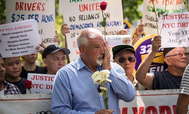 George Schifter na demonstracji zawodowych kierowców zorganizowanej po samobójczej śmierci jego brata, Douga