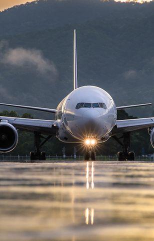 Podczas szczęśliwego lądowania pasażerowie wyrażają swoje pozytywne emocje