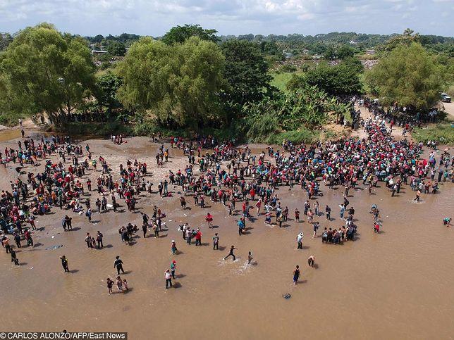 Widok z lotu ptaka pokazujący migrantów zmierzających do USA, po przekroczeniu rzeki Suchiate z Gwatemali do Meksyku
