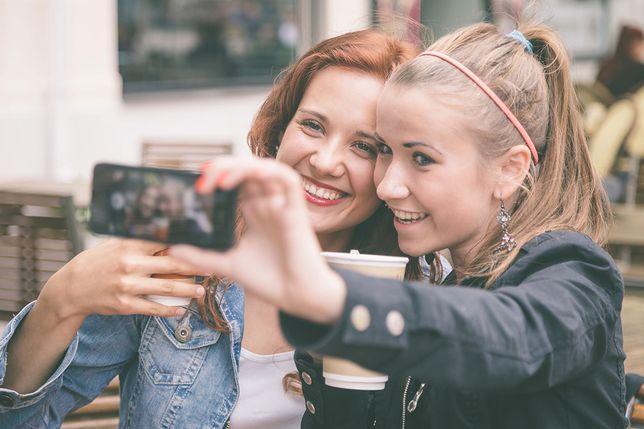 """Lekarze ostrzegają przed """"nadgarstkiem selfie"""""""