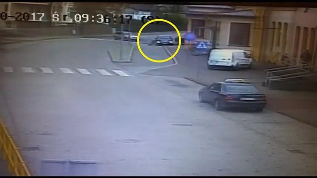 Kierowca mercedesa chcąc uniknąć kolizji, zjechał na chodnik i potrącił pieszą.