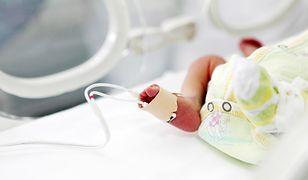 Dziewczynka udzielała noworodkowi pomocy do czasu przyjazdu karetki pogotowia.