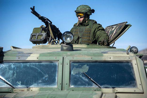 Żołnierz bez insygniów na Krymie w 2014 r.