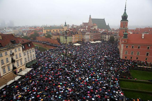 Czarny Protest. Ratusz: 30 tys. uczestników na pl. Zamkowym