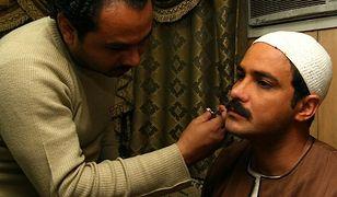 Tam mężczyźni wstawiają sobie implanty... wąsów!