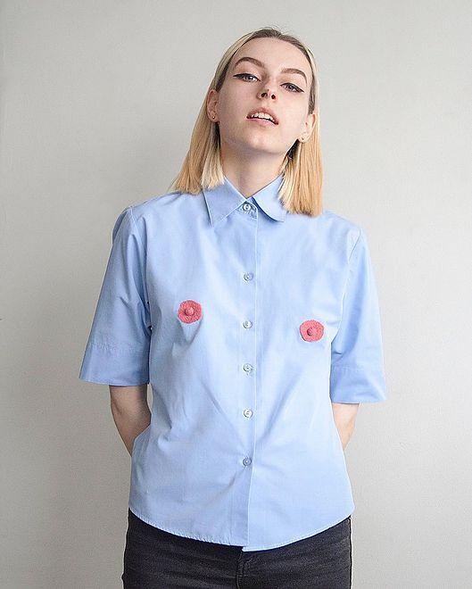 Koszula z sutkami. Modowa klasyka z feministycznym twistem?