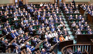 Sondaż partyjny IBRIS. PiS prowadzi. Do Sejmu wchodzi pięć ugrupowań