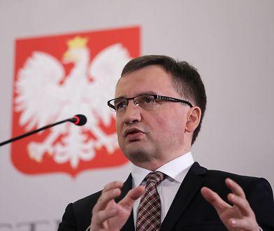 Zdaniem Ziobry, orzeczenie można interpretować jako porażkę prokuratury w okresie, kiedy rządziła PO