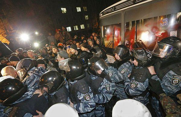 Protestujący przed starciem z milicją, Kijów.