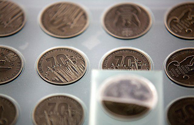 Monety, które odnaleziono we wraku Tu-154 - zdjęcia