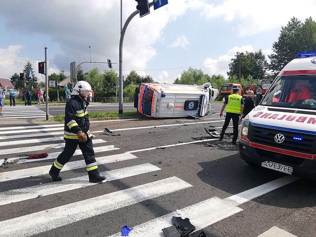 Zginął kierowca osobówki, a ranni zostali pielęgniarka i ratownik z karetki