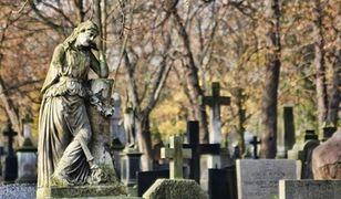 Jak kiedyś radzono sobie ze zmarłymi? Rewolucja Cmentarna XVIII wieku
