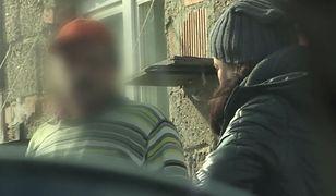 Pięciu mężczyzn miało molestować 11-latkę. Sąsiedzi ich bronią
