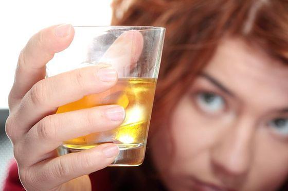 Coraz więcej kobiet pije