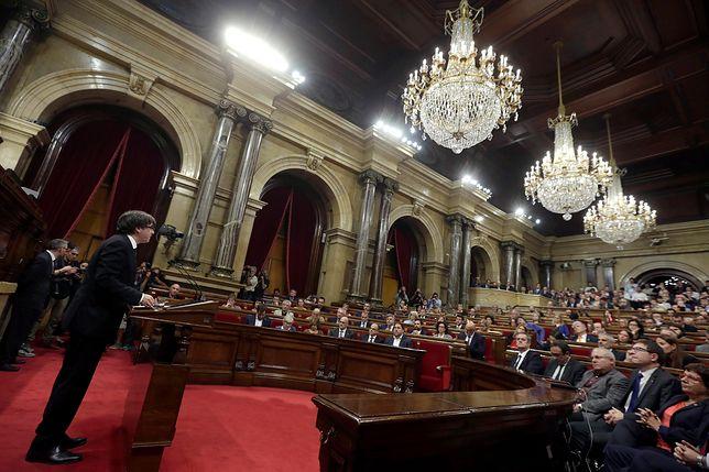 Premier rządu Katalonii przemawia w parlamencie w Barcelonie