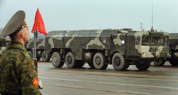 Wyrzutnia rakiet Iskander, zdolna do wystrzeliwania pocisków pośredniego zasięgu (500-5500 km)