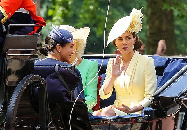 Księżna Kate, choć starała się uśmiechać, na wielu zdjęciach z karocy ma bardzo nietęgą minę