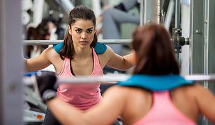 Przysiady z obciążeniem poprawiają siłę mięśni i wzmacniają całe ciało.
