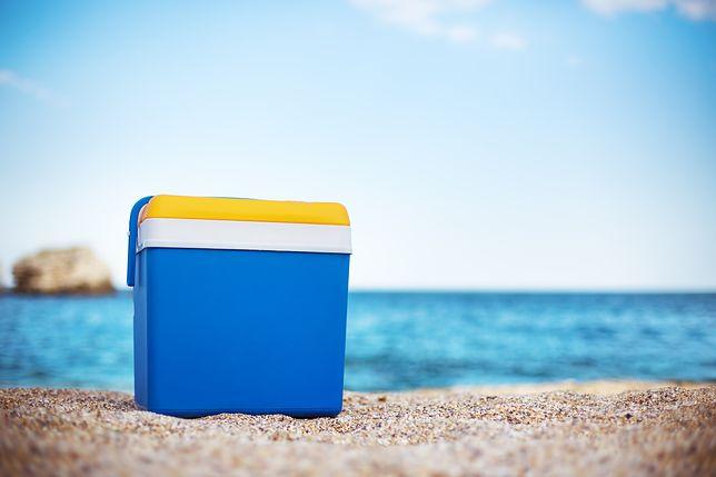 Lodówka turystyczna sprawdzi się nawet na plaży w upalny dzień