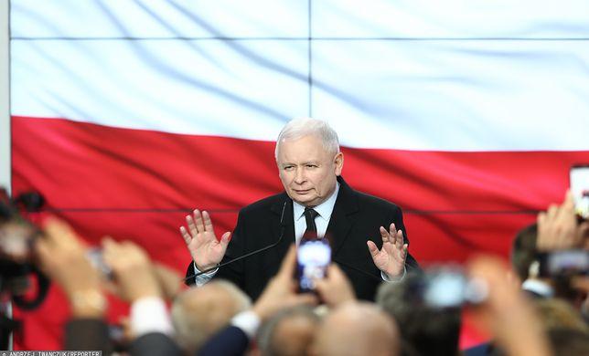Wyniki wyborów 2019. Jarosław Kaczyński na przemawia na wieczorze wyborczym