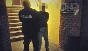 Wrocław. Agresywnym zachowaniem wobec dziadka ściągnął na siebie policję. W domu miał kilkaset porcji amfetaminy