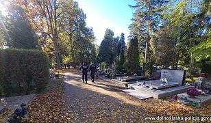 Wszystkich Świętych. Cmentarze otwarte. Policja apeluje o zdrowy rozsądek