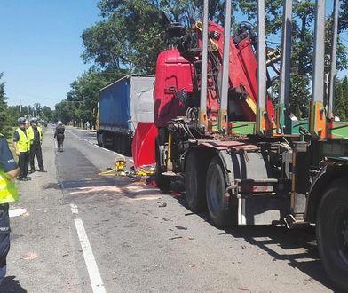 Kierowca ciężarówki z dużą prędkością wjechał w osobówkę i przygwoździł ją do drugiego tira. W czwartek zmarła trzecia ofiara