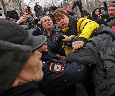 Demonstranci szarpią się z policją w Moskwie