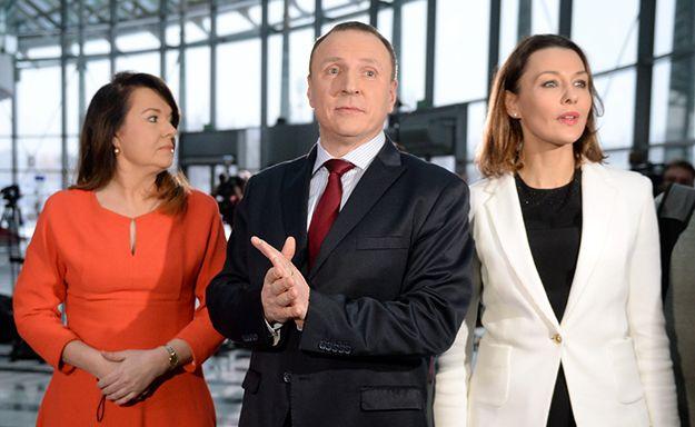 Dziennikarki Danuta Holecka i Anna Popek oraz prezes TVP Jacek Kurski podczas konferencji prasowej w dniu 8 stycznia 2016 roku.