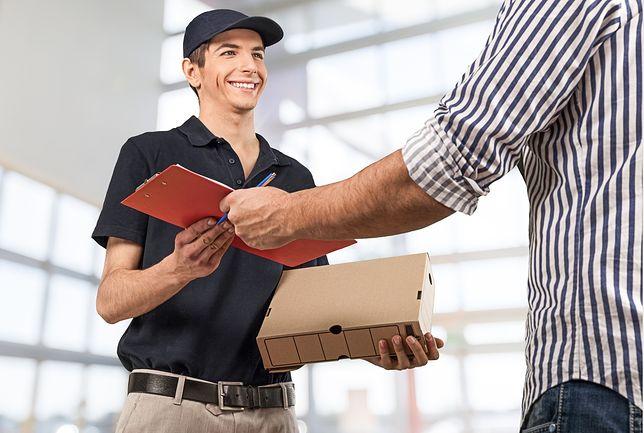 Kurier dostarcza przesyłkę.