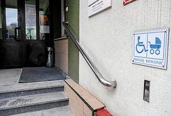 Urzędnicy obsłużyli niepełnosprawnego na mrozie. Nie ma podjazdu dla wózków