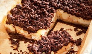 Pyszne połączenie ciasta, kakao, budyniu i owoców.