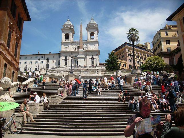Schody Hiszpańskie prowadzą do kościoła Trinita dei Monti