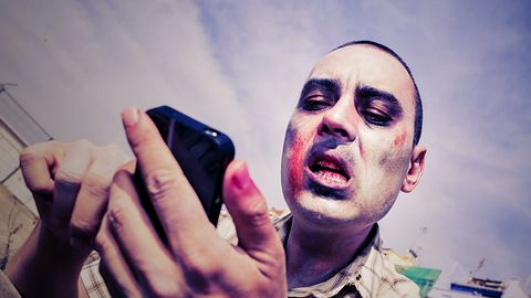 Siniaki, urazy, zmarszczki i wypadki na drodze – to wszystko wina smartfonów!