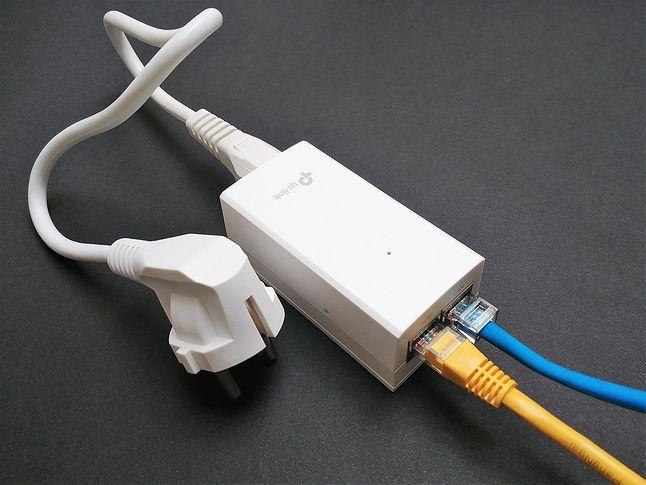 Zasilacz PoE jest w zestawie z punktem dostępowym Omada. Na powyższym zdjęciu niebieski przewód to połączenie LAN z dowolnym switchem, zaś żółta skrętka przekazuje już zarówno dane, jak i zasilanie.