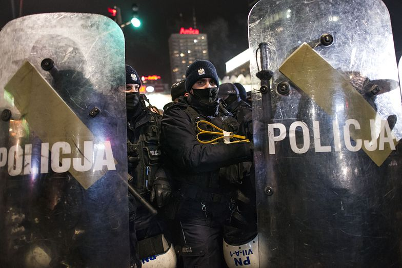 """Strajk Kobiet. Policyjne posiłki przybyły do Warszawy. """"Pełna mobilizacja"""""""