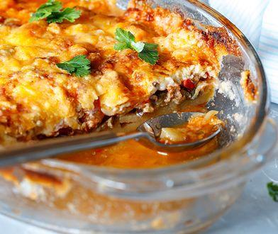 Musaka to jedno z najpopularniejszych dań kuchni greckiej. Składnikami zapiekanki są głównie bakłażan, mięso mielone, ziemniaki, pomidory i sos beszamelowy.