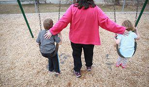 Nadopiekuńczość, czyli taszczenie dziecka na plecach