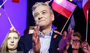 Lider Wiosny Robert Biedroń w sztabie wyborczym tuż po ogłoszeniu wyników