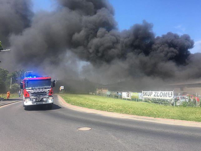 Strażacy wciąż walczą z pożarem