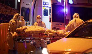 Transport pacjenta do szpitala w Wuhan w Chinach