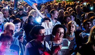 """Poznań. Na placu Mickiewicza utworzono """"łańcuch światła"""" w obronie wolnych sądów (zdj. arch.)"""