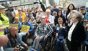 Warszawa 23 maja 2019. Protest niepełnosprawnych i ich opiekunów pod Pałacem Prezydenckim.