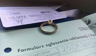 Złoto zeszło z pierścionka po trzech miesiącach? Firma radzi, by zdejmować biżuterię na przykład przed zmywaniem naczyń