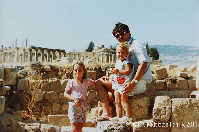 Kate Middleton, jej siostra Pippa i ojciec Michael. Jordania, 1986 r.
