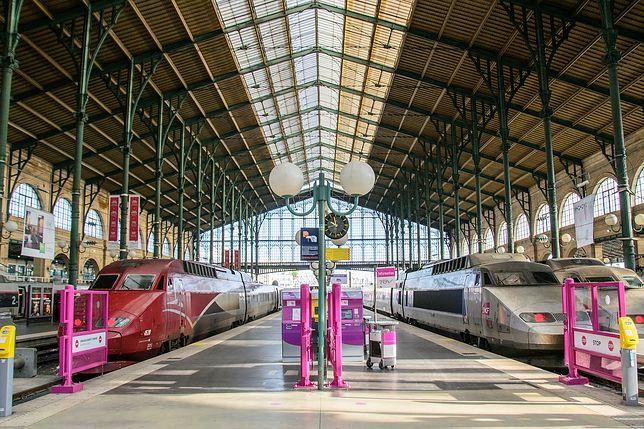 Z lotniska Paryż-Charles de Gaulle do lotniska Paryż-Orly można dojechać pociągiem TGV, mijając dworzec Gare du Nord