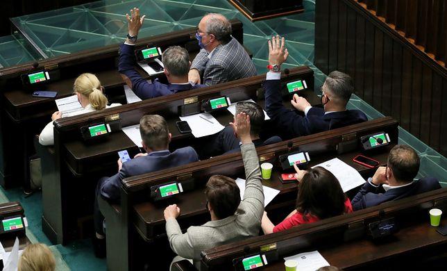 Sejm. Posłowie głosują ws. 4 wniosków opozycji
